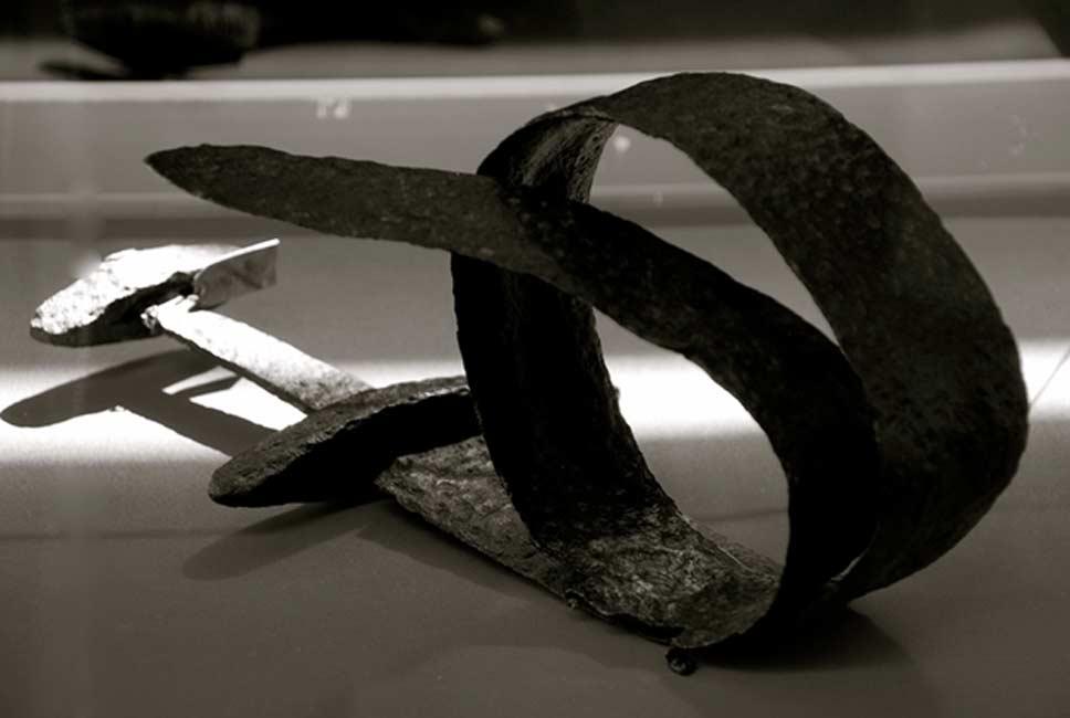 Espada vikinga doblada ritualmente (Astrid Westvang / Flickr)