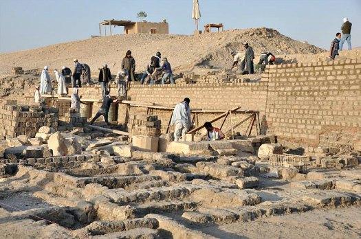 Obreros egipcios excavando en el área externa del muro norte del templo de Tutmosis III. (Fotografía: Francisco Carrión/El Mundo)