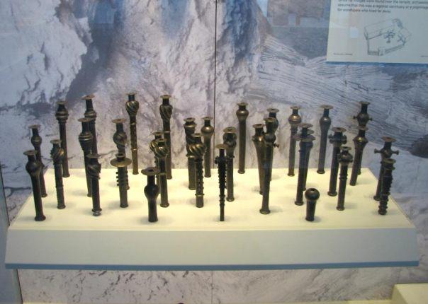 El fantástico tesoro de la Cueva del Tesoro de Nahal Mishmar, situada también en el Néguev, es contemporáneo al objeto de plomo de la cueva de Ashalim. El tesoro de Nahal Mishmar incluye 432 objetos ornamentados de cobre, bronce, marfil y piedra: 240 cabezas de mazas, unos 100 cetros, 5 coronas, cuernos utilizados como recipientes, herramientas y armas. Algunos de los objetos aparecen en esta fotografía. (Hanay/Wikimedia Commons)