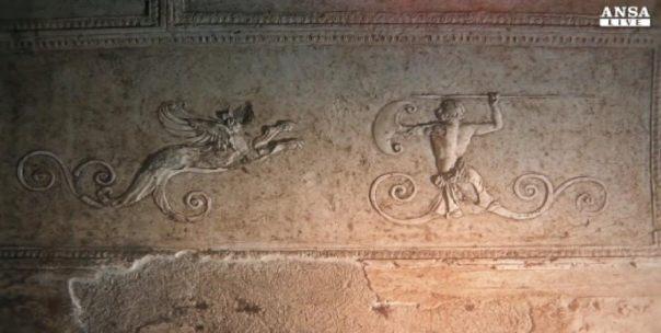 Fotograma de un vídeo de Ansa.it sobre la basílica de Porta Maggiore en el que se pueden observar los relieves de un grifo y un cazador