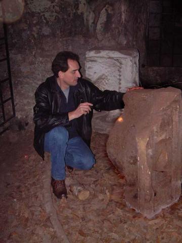 Graham examina en las cuevas de Hawkstone Park los fragmentos de la estatua del águila en cuyo interior se encontró una pequeña copa de piedra. (Fotografía: Deborah Cartwright)