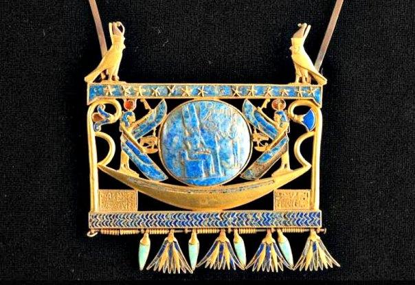 Objeto descubierto bajo el mar en la desembocadura del río Nilo. En el medallón central podemos observar una representación de Osiris (Fotografía: La Gran Época/Universidad de Oxford)