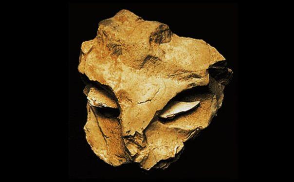Máscara de La Roche-Cotard hallada en la comuna de Langeais (Francia). (L'origine de l'Homme, sa nature, son essence)