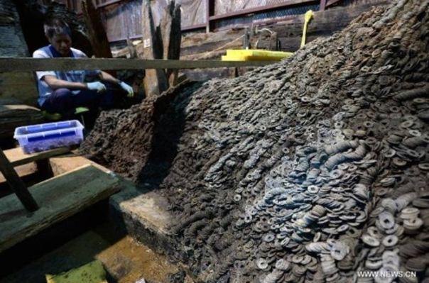 Los arqueólogos han hallado diez toneladas de monedas de bronce en el interior y los alrededores de la tumba de un emperador chino de la dinastía Han derrocado en el siglo I a. C. (Fotografía: Xinhua News)