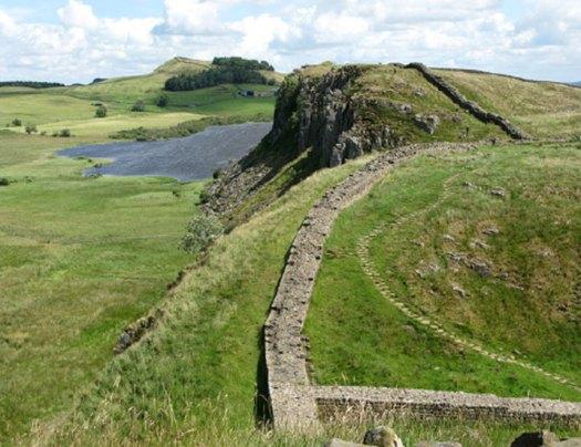 El Imperio romano se extendía desde la muralla de Adriano, en el húmedo norte de Inglaterra empapado por la llovizna, a las cálidas orillas del Éufrates quemadas por el sol. En la fotografía, un segmento de las ruinas de la muralla de Adriano en el norte de Inglaterra. (G Laird/CC BY-SA 2.0)