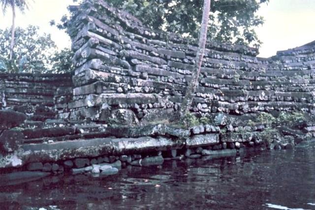 Los pesados e inexplicables monolitos dispuestos horizontalmente en Nan Madol. (Fotografía: La Gran Época)
