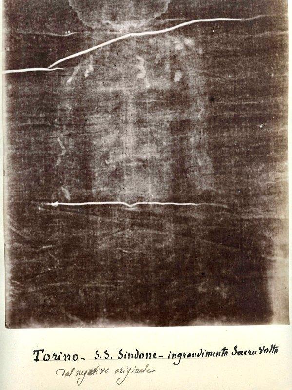Negativo fotográfico del Sudario de Turín obtenido en 1898 por Secondo Pia y que sugiere una imagen en positivo. Esta imagen se ha convertido en uno de los símbolos de la devoción a la Sábana Santa de Jesús. Musée de l'Élysée, Lausana. (Public Domain)
