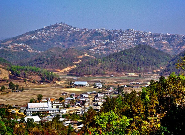 El paisaje de Mizoram está formado mayoritariamente por colinas onduladas y extensos valles. La mayor parte de pueblos y ciudades de esta región están construidos al pie de las colinas. (public domain)