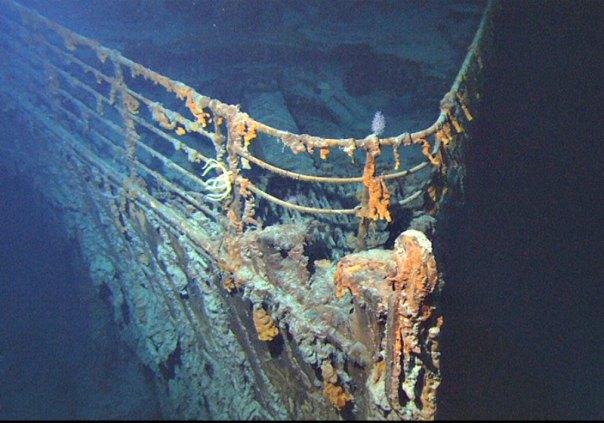 La proa del pecio del Titanic, fotografiada en junio del año 2004. (Public Domain)