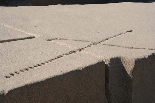 Antiguo obelisco egipcio inacabado de Asuán con perforaciones que nos muestran cómo se partía el granito antiguamente. (Glenn Ashton/CC BY SA 3.0)