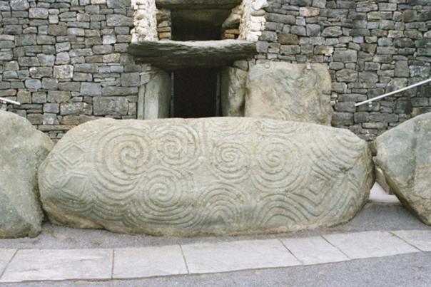 Piedra de la entrada con petroglifos. (CC BY-SA 3.0)