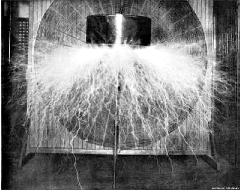 Bobina de Tesla construida por el inventor serbio-estadounidense Nikola Tesla en su laboratorio neoyorquino hacia el año 1898. (Public Domain)