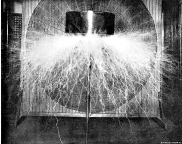 Resultado de imagen de Bobina de Tesla construida por el inventor serbio-estadounidense Nikola Tesla en su laboratorio neoyorquino hacia el año 1898. (Public Domain)