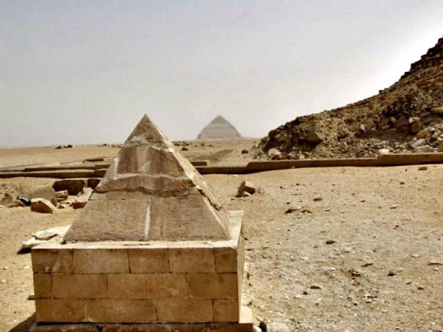 Aspecto que presentaba el piramidión tras su primera reconstrucción. (Fotografía: Historia Enigmática).