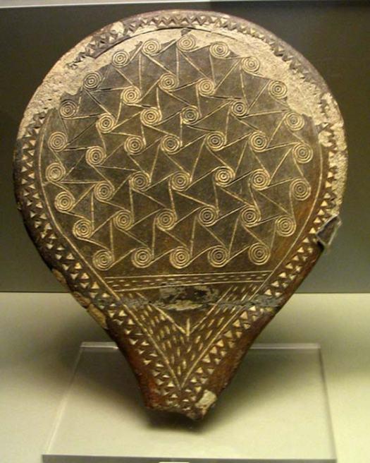 """""""Sartén"""" del período Cicládico Antiguo II – decoración espiral con triángulos púbicos inscritos. Museo Nacional, Atenas. (Dan Diffendale/ CC BY NC SA 2.0)"""