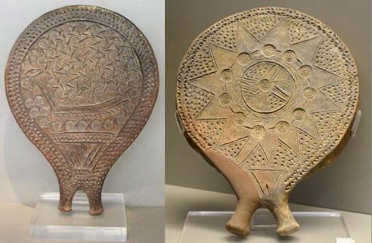 Izquierda: sartén cerámica decorada con la figura de un barco. Hallada en Chalandriani, isla de Syros (Grecia), período Cicládico Antiguo II (Cultura Keros-Syros, 2800 a. C. – 2300 a. C.) (CC BY 3.0). Derecha: sartén cicládica decorada con una estrella impresa e incisa, además de círculos concéntricos estampados y un triángulo púbico femenino inciso por encima del mango. Museo Nacional de Atenas. (Dan Diffendale/ CC BY NC SA 2.0)