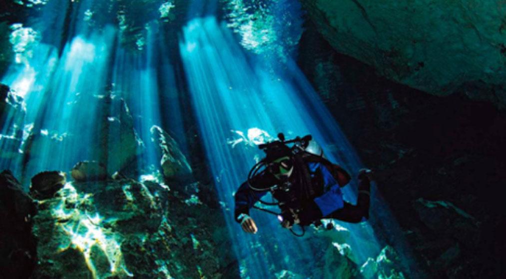 Un submarinista explora un cenote de Yucatán. (Public Domain)