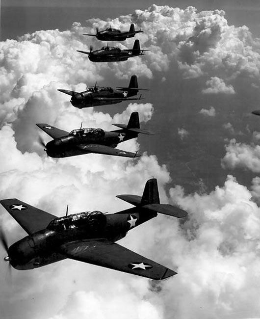 TBF (Avengers) volando en formación sobre Norfolk, Virginia. Septiembre de 1942 (Public Domain)
