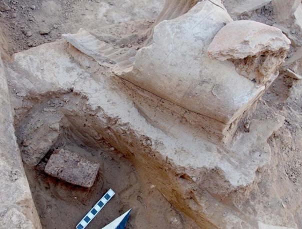 Tablilla cuneiforme descubierta en el palacio de un antiguo gobernador asirio. Crédito: Peter Pfälzner, Universidad de Tubinga