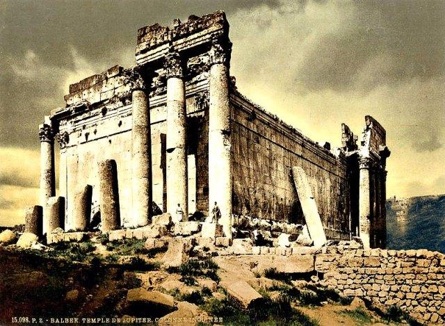 Templo de Júpiter de Baalbek (1895). Obsérvese la columna apoyada sobre el muro a la derecha. (Public Domain)