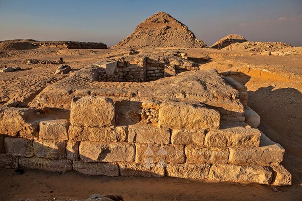 La tumba de Jintakus III vista desde el sur. Al fondo, la pirámide de Neferirkara y la inacabada pirámide de Reneferef. (Jaromír Krejčí, ČEgÚ FF UK)