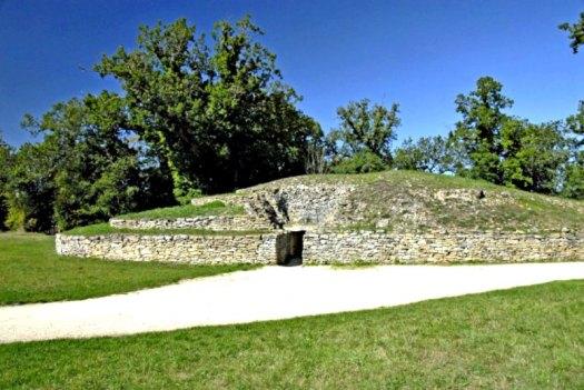 Los Túmulos de Bougon (Francia), necrópolis datada en el año 4700 a. C. (Fotografía: Hipertextual)