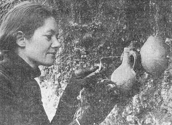 Descubrimiento de una botella de bruja. (hampshirearchaeology.wordpress.com)