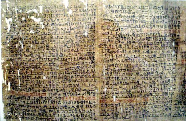 """Portada - Fusión de diversas fotografías de una copia del papiro del antiguo Egipto conocido como """"Papiro Westcar"""", conocido también en ocasiones por un nombre más largo, """"Tres Cuentos de Fantasía de la Corte del Rey Khufu,"""", escrito en texto hierático. Fotografías tomadas en el Altes Museum de Berlín. (Public Domain)."""
