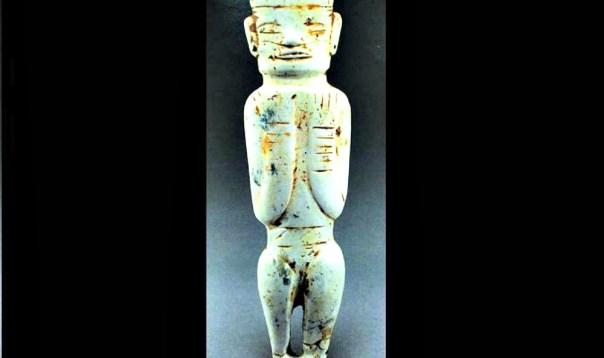 Portada - Pequeña figurilla antropomorfa neolítica de jade, de 7,7 cm de altura, que presenta un túnel milimétrico perforado en su espalda, realizado en siete pasos gracias a un método que se utiliza en la actualidad para excavar túneles. (Fotografía: La Gran Época)