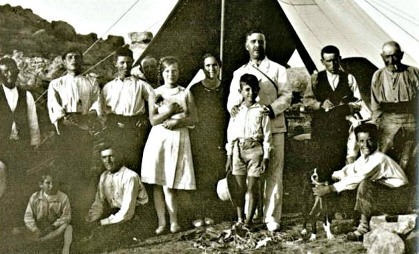 Portada - Juan Cabré, fotografiado en el centro de la imagen junto a su esposa e hijos y una cuadrilla de obreros en el transcurso de una campaña de excavaciones realizada en la década de 1930. (Public Domain)