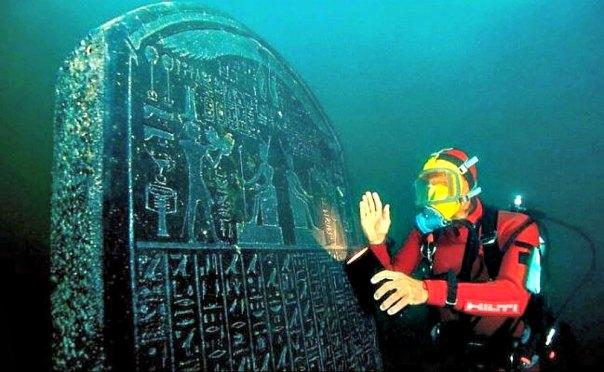 Portada - Uno de los increíbles objetos descubiertos bajo el mar en la desembocadura del río Nilo, concretamente una antigua estela egipcia. (Fotografía: La Gran Época/Universidad de Oxford)