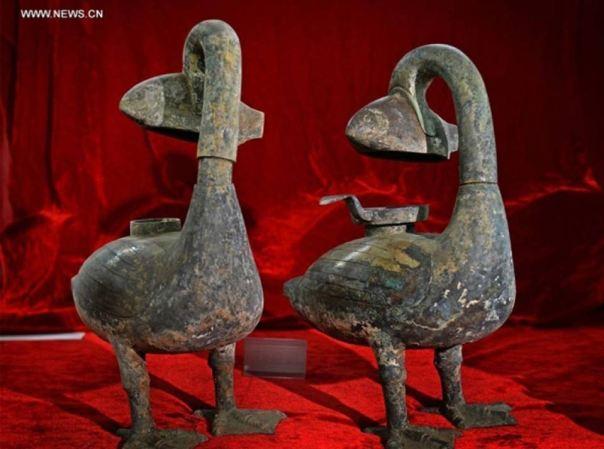 Portada-Arqueólogos chinos han excavado dos antiguas lámparas de bronce con sistema de absorción de humos cuya antigüedad se calcula en unos 2.000 años. Los expertos han afirmado que podrían ser las primeras lámparas 'ecológicas' conocidas de la historia. (Foto: Xinhua/Wan Xiang via Chinanews)