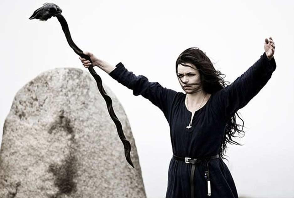 Portada - Reconstrucción del posible aspecto de una antigua bruja vikinga empuñando uno de sus temibles bastones mágicos (DailyMail)