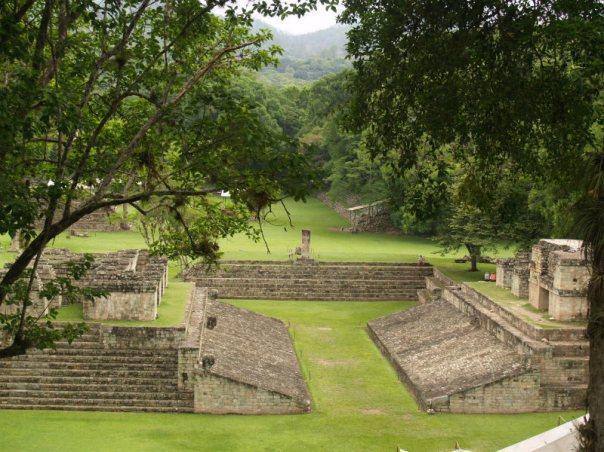 Portada: Cancha de Juego de Pelota en Copán, Honduras (public domain)