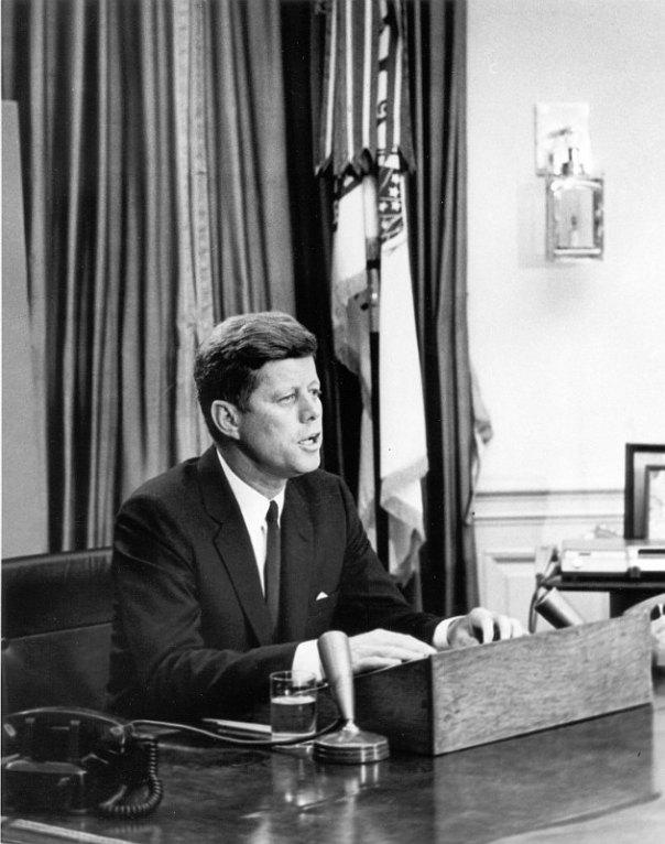 Durante la administración Kennedy, una parte del presupuesto de los EE.UU. se lo disputaron la investigación espacial y la del océano abisal. El presidente J. F. Kennedy dirigiéndose a la nación en junio de 1963. (Public Domain)