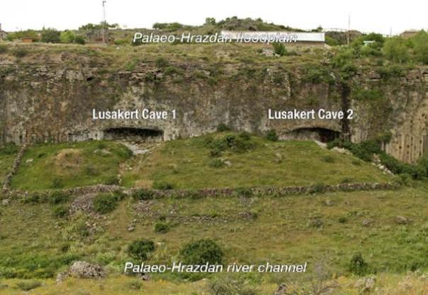 Lusakert Cueva 1 y Cueva 2 a lo largo de un canal del río paleo-Hrazdan. (Ellery E Frahm et al. / Unidades de materia prima lítica basadas en propiedades magnéticas. Semantic Scholar)