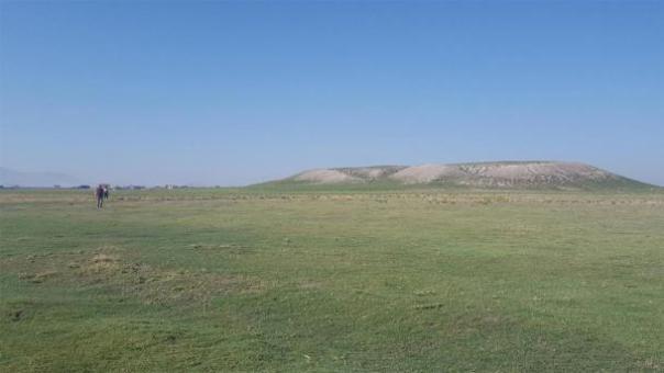 Vista completa del montículo arqueológico en Türkmen-Karahöyük. Parece que la ciudad desconocida en su altura cubría unos 300 acres. (James Osborne)