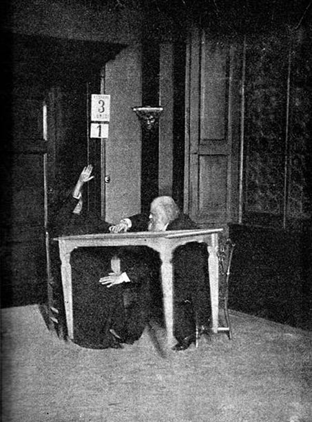 """Alexandr Aksakov (à droite) """"contrôle"""" tandis que Palladino fait léviter la table, Milan.  (1892)"""