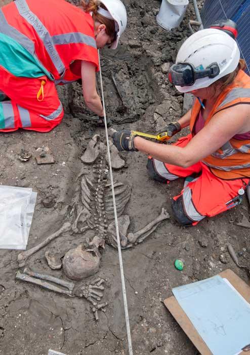 Gli archeologi scavano con cura lo scheletro. (MOLA Headland Infrastructure)