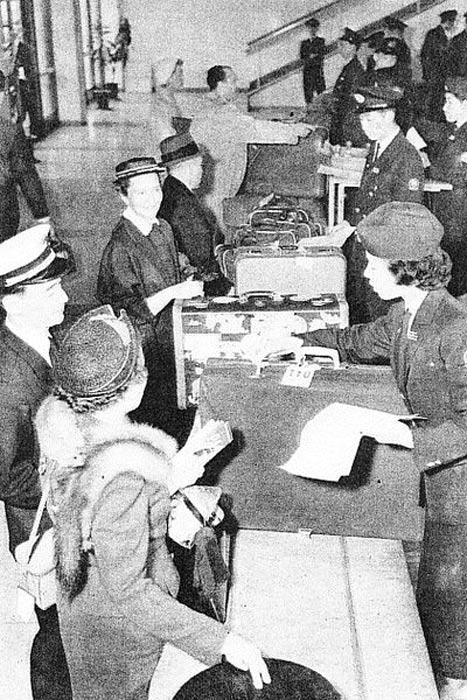 servizio doganale all'aeroporto di Haneda a 1950.