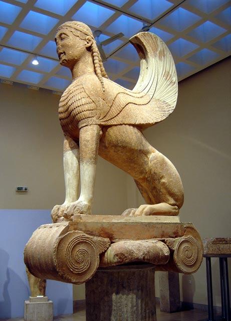 Una sfinge greca da Delphi di circa VI secolo aC;  studiosi dicono antichi scritti greci e arte influenzato popoli asiatici, che erano salite con le proprie versioni di sfingi
