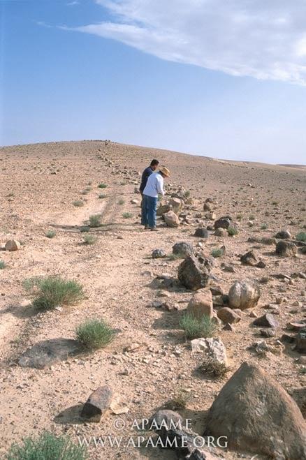 Un primer plano de la pared Khatt Shebib que muestra los cantos rodados perder esa vez fueron apiladas una encima de la otra para formar una pared de 1 a 1,5 metros de altura.