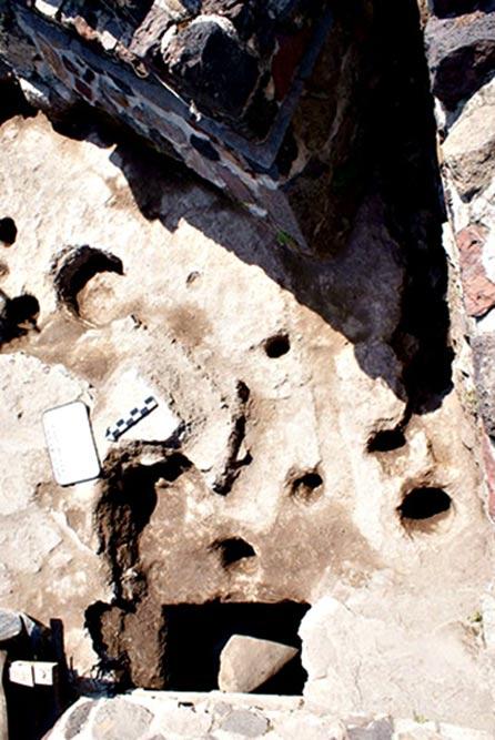 Alcuni dei crateri nel calcare e uno dei fori con una stele verde nella parte meridionale della Struttura A.