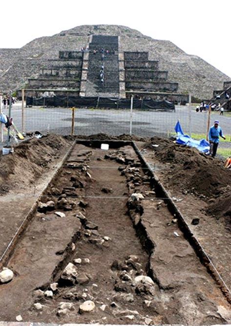 Gli scavi sono in corso sotto la superficie della Piazza della Luna, di fronte alla Piramide della Luna.