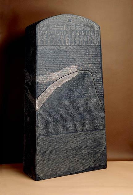 Reconstitution possible de la stèle complète de Rosetta.  (Administrateurs du British Museum / CC BY NC SA 4.0)
