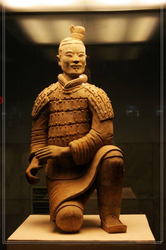 Un ballestero de rodillas desde el ejército de terracota montado para el complejo de la tumba de Qin Shi Huang (r. 221-210 aC)