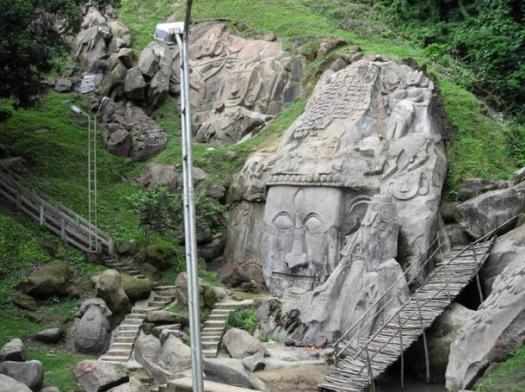 Corte de la roca del siglo 11, las esculturas en bajo relieve dice que están dedicados al dios Shiva.