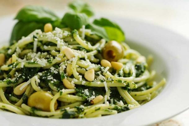 Bella Pasta del primo piano con spinaci, formaggio, olive, basilico e noci.
