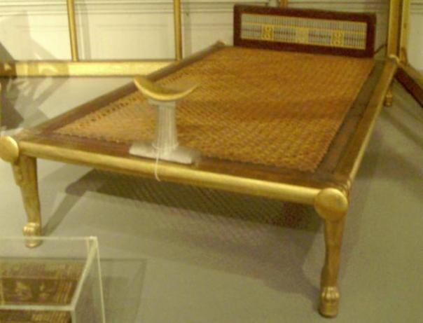 Cama con reposacabezas del mobiliario funerario de Hetepheres I. Reconstrucción de originales en exhibición en El Cairo, esta copia reside en el Museo de Bellas Artes de Boston.
