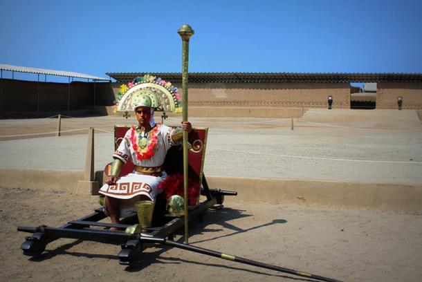 Un uomo vestito come una élite Chimu o sacerdote tra le rovine di Chan Chan, Perù.
